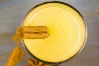 Golden Milk: proprietà benefiche del latte d'oro e come prepararlo
