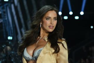 Irina Shayk in forma a poche settimane dal parto: la modella ha già il ventre piatto
