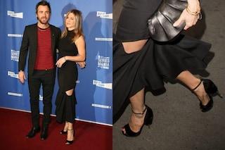 Jennifer Aniston tagli sul vestito e tacchi scultura sul red carpet