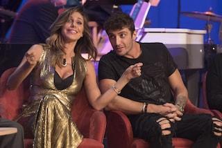 Belén e Iannone al Costanzo Show, oro e jeans stracciati per la coppia glam