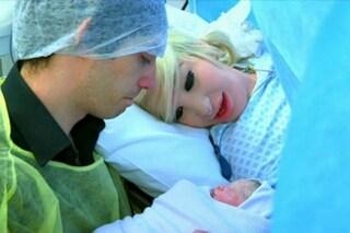 Durante il parto con il volto truccato: Lucy scatena l'ira delle mamme