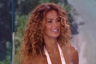 Maxi spacco per Samantha de Grenet, all'Isola dei Famosi con un abito sexy