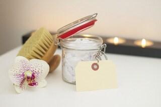 Bicarbonato per la cura del corpo: 8 trattamenti di bellezza da fare in casa a costo zero
