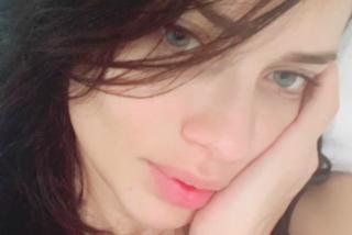Il selfie senza trucco di Adriana Lima: così la modella augura la buonanotte ai fan