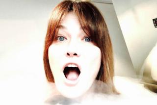 Carla Bruni fa un bagno a -150°: la crioterapia è il suo segreto per tenersi in forma