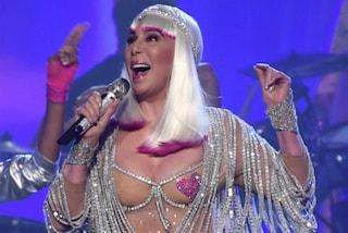 Billboard 2017: Cher con i copricapezzoli a 71 anni è ancora la regina del pop