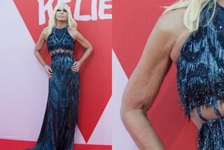 Donatella Versace a Cannes: l'abito scollato rivela le braccia poco toniche