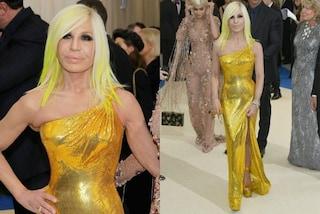 Chioma oro come il vestito: Donatella Versace abbina i capelli all'abito