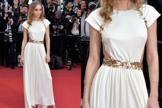 Lily-Rose Depp come una dea a Cannes: il sexy abito bianco lascia intravedere i capezzoli