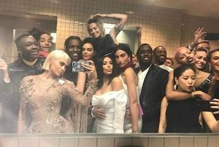 Selfie e chiacchiere tra star: il vero party del Met Gala si tiene nei bagni
