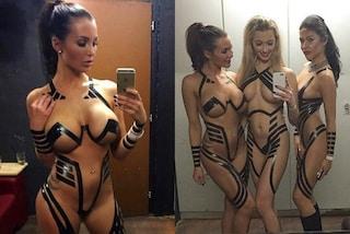 Nude ma con del nastro adesivo sul corpo: è la nuova moda hot dell'estate