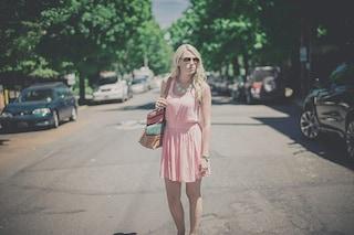 Estate 2018, la moda si tinge di rosa: abiti e accessori per un look di tendenza