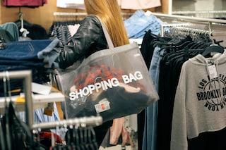Lo shopping compulsivo non rende felici e rovina l'ambiente: ecco perché