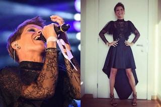 Alessandra Amoroso cambia stile: la cantante sceglie il look dark per l'esibizione milanese