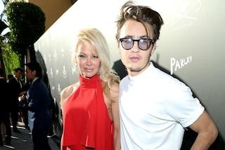 Vi presento Brandon: il figlio di Pamela Anderson calca il red carpet accanto alla mamma