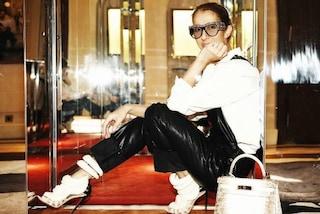 Salopette in pelle e occhialoni con strass, Celine Dion irriconoscibile a Parigi