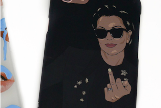 Kris Jenner mostra il dito medio: la cover con i gestacci della mamma di Kim