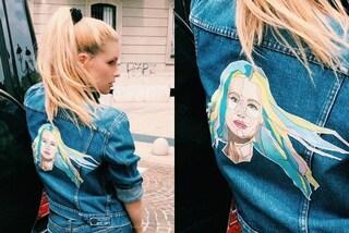 Michelle Hunziker: sulla giacca jeans spunta il volto della showgirl