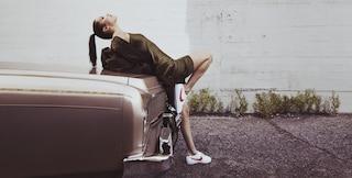 Bella Hadid posa in sneakers: la modella celebra così i 45 anni delle Nike Cortez