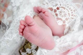 Durante il parto cesareo il medico taglia la testa della bimba, è miracolosamente salva