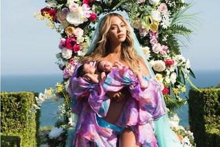 Beyoncé, la prima foto con i gemelli: look da dea con vestaglia, slip e velo