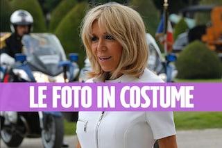 Brigitte Macron in costume: a 64 anni la première ha un corpo impeccabile