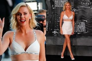"""Charlize va in reggiseno, il sexy look della Theron alla prima di """"Atomic Bond"""""""