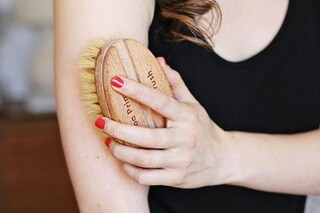 Dry brushing: cos'è, come si fa e i benefici per il corpo