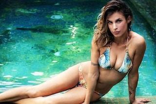 Reggiseni a triangolo e tanga: Elisabetta Canalis in bikini punta sulla sensualità