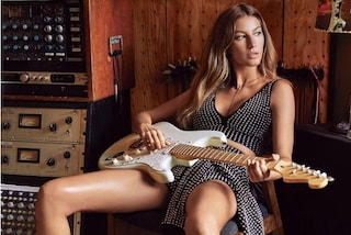 Chitarra elettrica e abito borchiato: Gisele Bündchen diventa una rock star