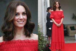 Kate Middleton in rosso fuoco: la principessa scopre le spalle per il party a Berlino