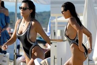 Niente cellulite per la sorella di Kim: Kourtney Kardashian mostra le curve in costume