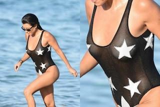 "Kourtney Kardashian e il costume trasparente, le stelline ""censurano"" i capezzoli"