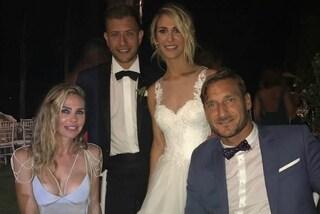 Ilary Blasi al matrimonio della sorella Melory: la showgirl sceglie una scollatura sexy
