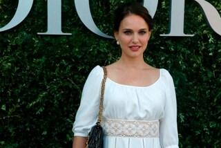 Natalie Portman dopo il parto: a Parigi l'attrice sceglie solo abiti in bianco e nero