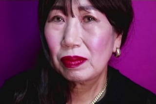 A 70 anni diventa una star del web: la nonna realizza video tutorial di make-up