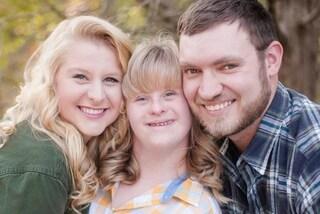 La dolce proposta: chiede la mano alla fidanzata e alla sorella con la sindrome di Down