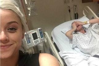 La sorella è sofferente in pieno travaglio, lei si scatta un selfie sorridendo