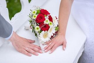 Perde il figlio di 19 anni, alle nozze abbraccia l'uomo che vive grazie al suo cuore