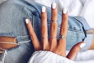 White manicure: il trend estivo dello smalto bianco che esalta l'abbronzatura