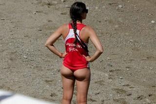 Bagnine troppo sexy in spiaggia, costrette a indossare i pantaloni