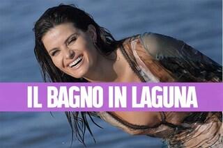 Isabeli Fontana infiamma Venezia: fa il bagno vestita durante il servizio fotografico