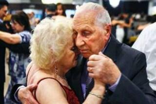 Si innamorano mentre ballano tango: la dolce storia dei due nonnini rimasti vedovi