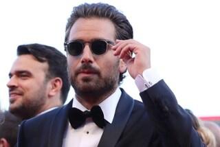 Addio abiti hipster: Tommaso Paradiso come 007 sul red carpet di Venezia