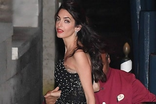 Amal a Venezia: tacchi alti e tulle per l'arrivo al Lido della moglie di George Clooney