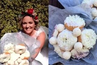 Sostituisce i fiori con delle ciambelle: l'insolito bouquet della sposa