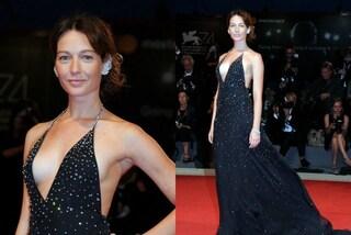 Cristiana Capotondi a Venezia 74 ammalia con il suo look da principessa sensuale