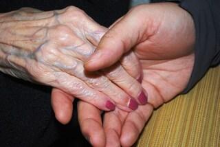 A 74 anni incontra per la prima volta la sorella e conosce l'identità della mamma