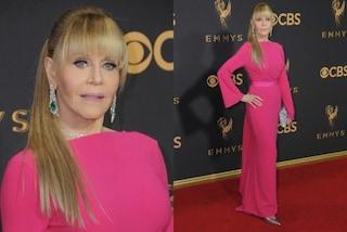 Capelli lunghi e frangia: Jane Fonda irriconoscibile sul red carpet degli Emmy 2017