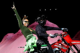 Rihanna spopola alla New York Fashion Week: arriva in passerella a bordo di una moto